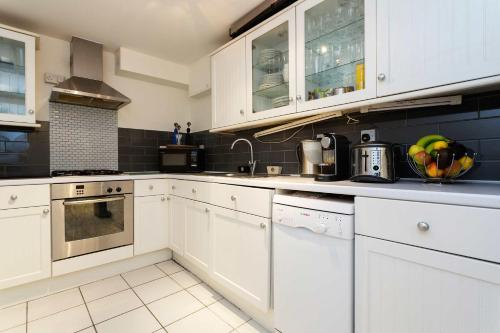 A kitchen or kitchenette at Veeve - Cosy Clapham Common 2 Bedroom Flat