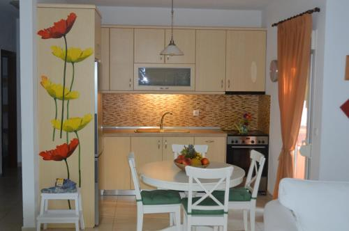 A kitchen or kitchenette at Villa Platanias