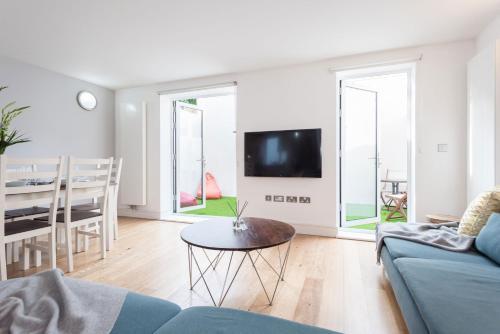 En TV eller et underholdningssystem på Creed 3 Bed London Bridge House