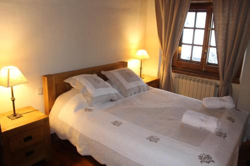 A bed or beds in a room at Ski Andorra Tarter Chalet Lodge