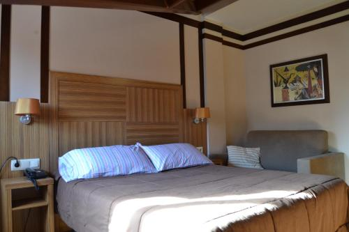 A bed or beds in a room at Hotel Apartamentos Don Juan I