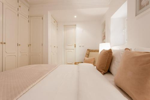 A bed or beds in a room at Your Lisbon Home Príncipe Real