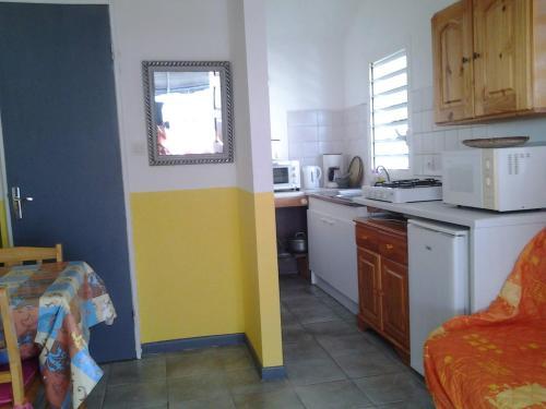 A kitchen or kitchenette at Clin D'oeil De L'ocean