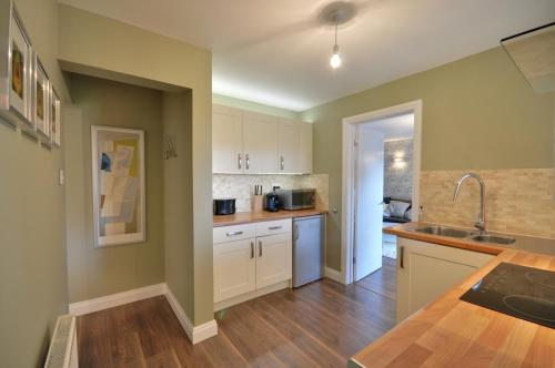A kitchen or kitchenette at The Garden Apartment