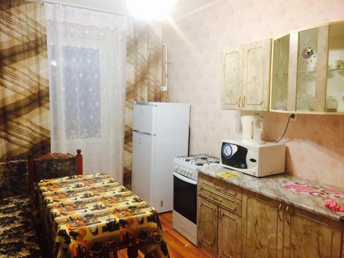 Кухня или мини-кухня в Apartment on Galeeva 23-301