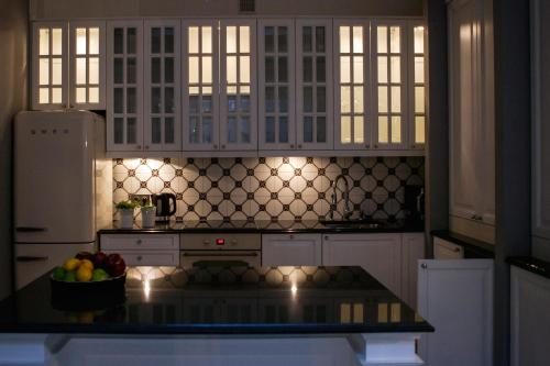 A kitchen or kitchenette at Royal Residence by OTR