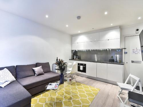 A kitchen or kitchenette at Luxury Apartment South Kensington