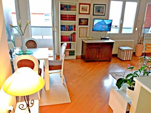 A seating area at Bitcoin Apartment Belgrade