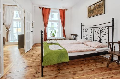 A bed or beds in a room at Gdańskie Apartamenty - Classic