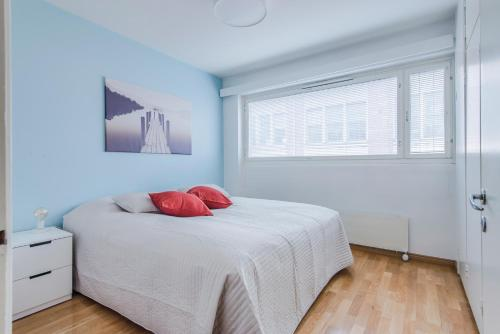 Ein Bett oder Betten in einem Zimmer der Unterkunft Helsinki South Central Apartment Perämies