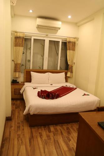 A bed or beds in a room at Hanoi Charming Guest house