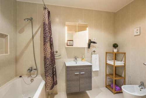 Uma casa de banho em Funchal SilverWood Apartment - by MHM