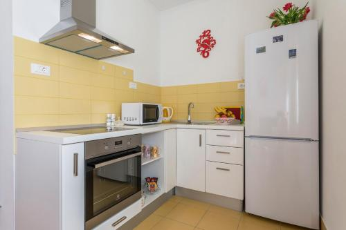 A kitchen or kitchenette at Studio at Bacvice Beach