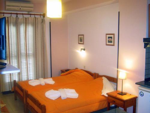 Ένα ή περισσότερα κρεβάτια σε δωμάτιο στο Διαμερίσματα Κατερίνα
