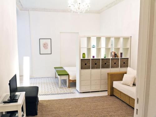 A seating area at Stylisches Apartment im Schillerkiez