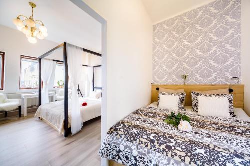 Uma cama ou camas num quarto em A/C + TERRACE Breakfast at Tiffany's