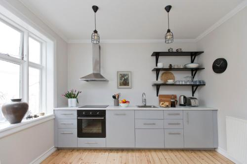 A kitchen or kitchenette at Thomsen Apartments - Reykjavík City Centre