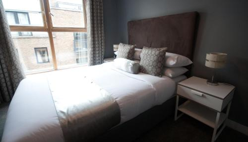 A bed or beds in a room at Dublin Apartments Temple Bar by theKeyCollections