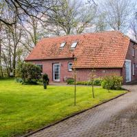 Gemütliches ostfriesisches Fehnhaus umgeben von Bäumen und Büschen in Alleinlage
