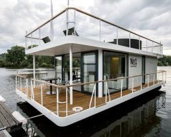 VIPliving Houseboat