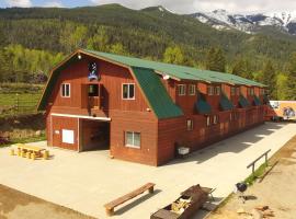 Best Cozy Barn in the Canadian Rocky Mountains!, Lake Windermere (Invermere yakınında)
