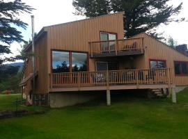 Invermere Lakeside & Mountain View Home, Invermere (Windermere yakınında)