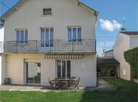 Five-Bedroom Holiday Home in St Jean d'Angely, Saint-Jean-d'Angély (рядом с городом Mazeray)