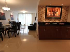 Two-Bedroom Collins Apartment #204, Golden Beach (in de buurt van Sunny Isles Beach)