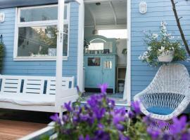 The Blue Cabin, Huizen