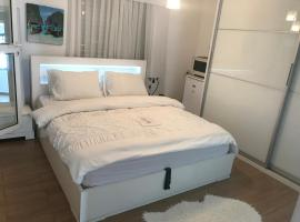 Charming Unit with Pool and Great Amenities, Rishon LeẔiyyon