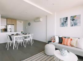 Penthouse Apartment + Rooftop Courtyard + Bay View, Cheltenham
