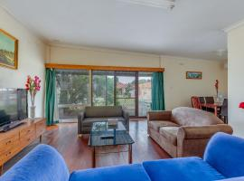 Spacious, neat and convenient holiday home, Perth