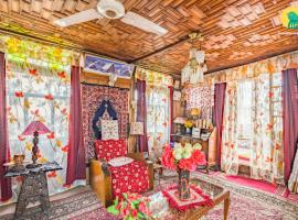 Room in a houseboat on Dal Lake, by GuestHouser 4852, Сринагар (рядом с городом Naupura)