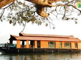 Houseboat with free breakfast in Alappuzha, by GuestHouser 40341, Chacka