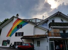Regenbogenhaus mit 2 Zimmer Apartment, Niederdorf (Waldenburg yakınında)