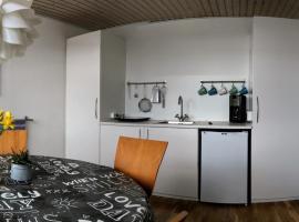 2 rooms, private kitchen, bathroom, and garden., Viby (Hasselager yakınında)