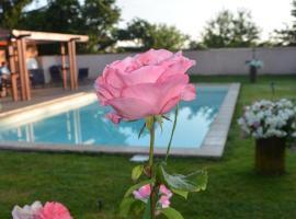 les roses de la chapelle, Quincieux (рядом с городом Лисьё)