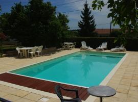 SAINTES Maison de vacances 6 p. avec piscine privée chauffée., Сент (рядом с городом Thénac)