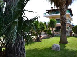 Unwind in a Spacious flat with Gardens near Beach