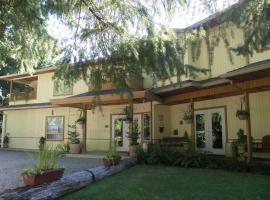 Cedar Wood Lodge Bed & Breakfast Inn, Port Alberni (Bainbridge yakınında)