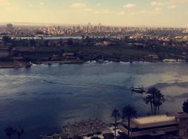 Breathtaking Nile View with Pyramids in back drop, Kahire (Dār as Salām yakınında)