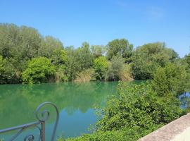 Gite face à la rivière -proche du pont du Gard-, Montfrin (рядом с городом Meynes)
