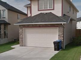 Comfortable House Mountain View Tuscany NW Calgary, Calgary (Rocky Ridge yakınında)