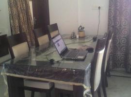 Cozy room w/ Free WIFI in a Modern 3 BHK Apartment, Panchkula (рядом с городом Kūīwāli)
