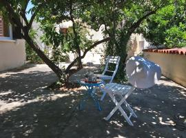 Bungalow with fruit garden close to the beach, Pyla