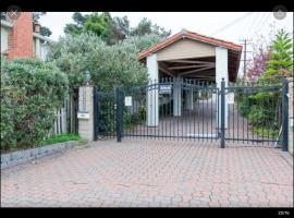 Gated Fenced Like a Mansion, Walk To Everything, El Cerrito (Cerca de San Pablo)