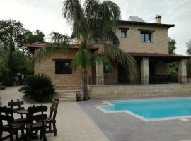 Valencia Grove Villa, Miliou