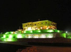 Faraggi Hotel, Символи (рядом с городом Nikísiani)