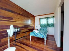 The French Lady Guest House - Entire House, Caye Caulker