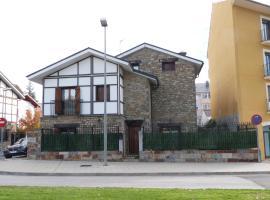 Casa con jardín frente ciudadela
